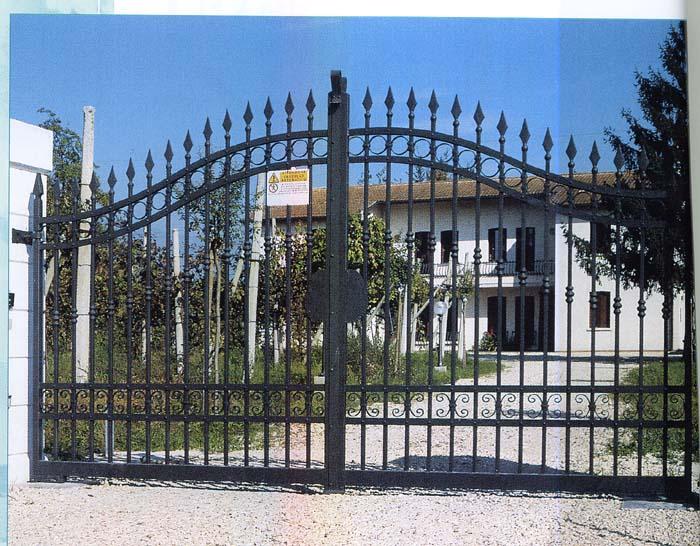 Cancelli in ferro battuto prato artigiana ferro for Cancelli ferro battuto foto